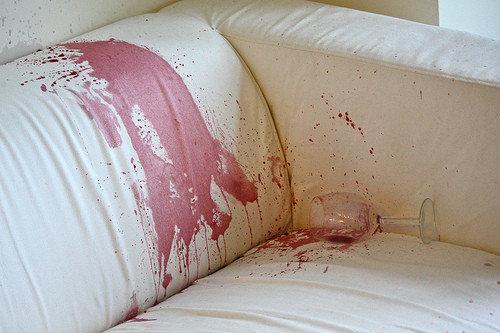 cómo limpiar un sillón de tela manchado con vino