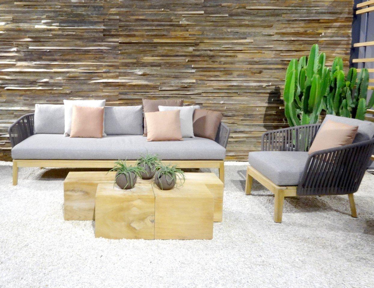 sofá nordico y poltrona nordica colores tonos grises y maderas a la vista