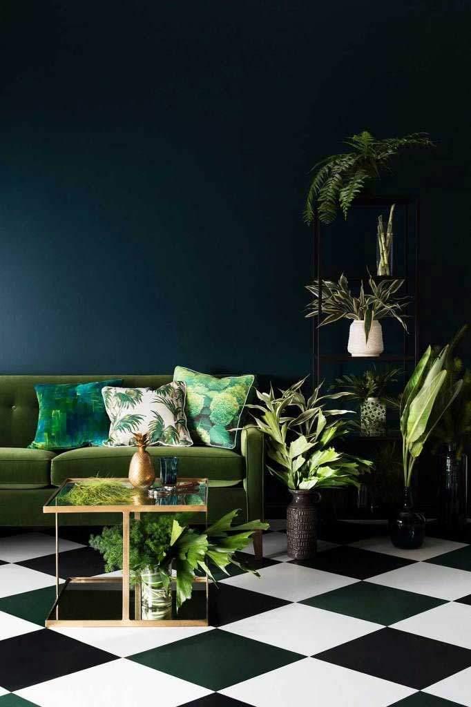 Sofá en tapiz tela tipo velvet color verde musgo combinando con la decoración tropical