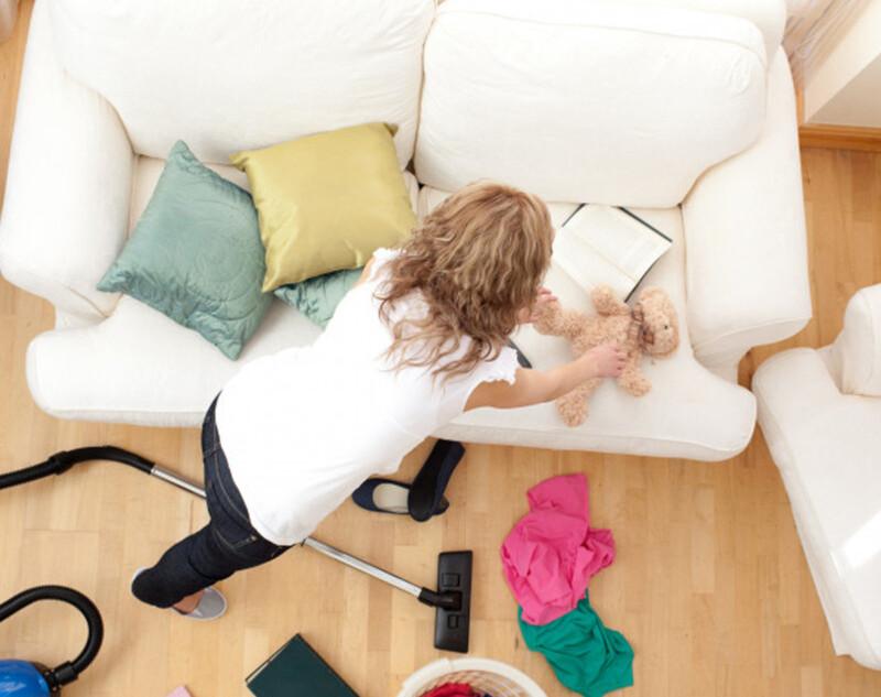 Cómo limpiar un sofá manchado