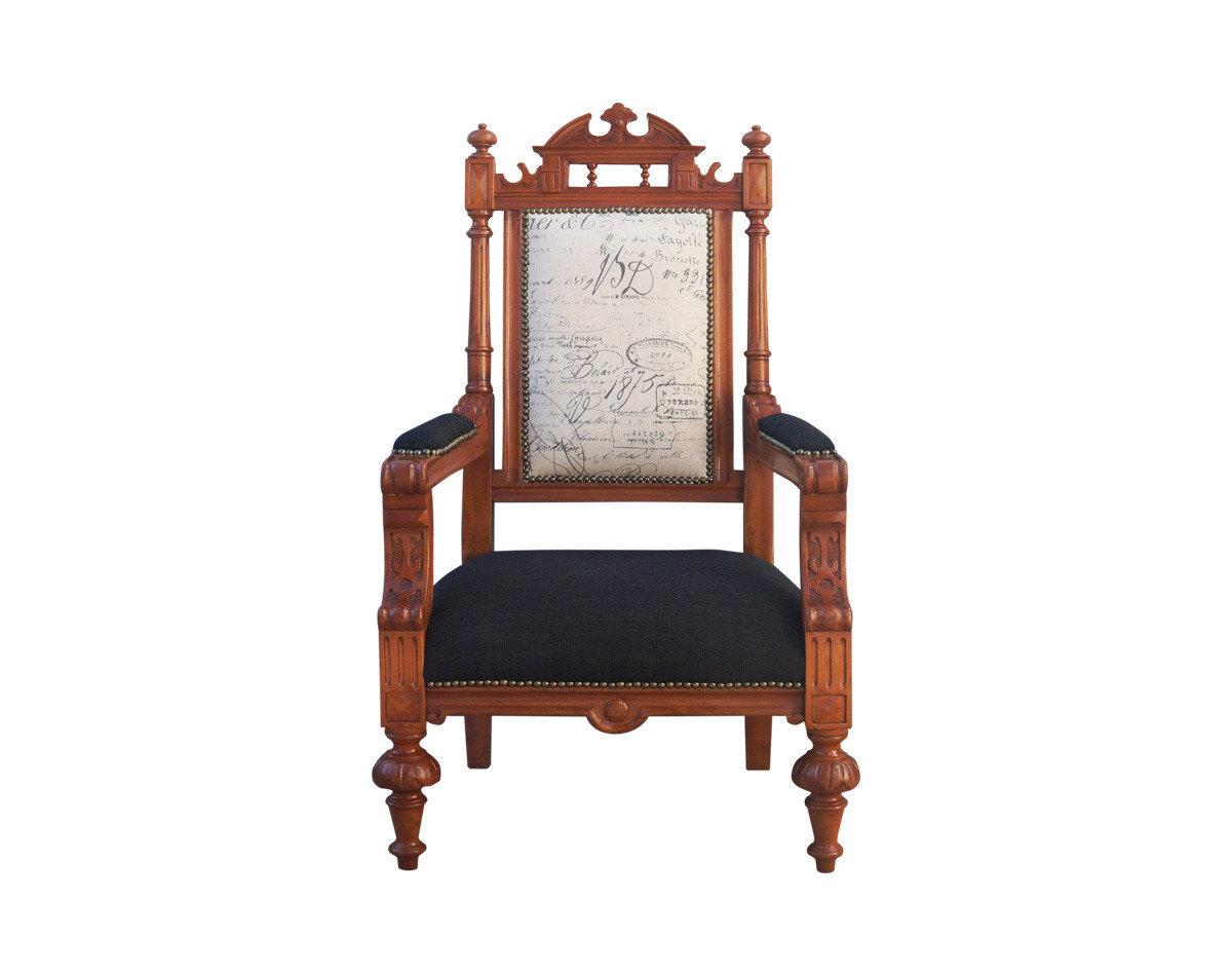 Restauración y retapizado de sitial antiguo silla tipo sitial antiguo estilo clásico en madera barnizada con respaldo acolchado restaurado