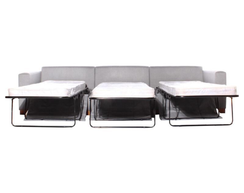 Sillones cama montados con tres camas de una plaza desplegables montadas con colchón