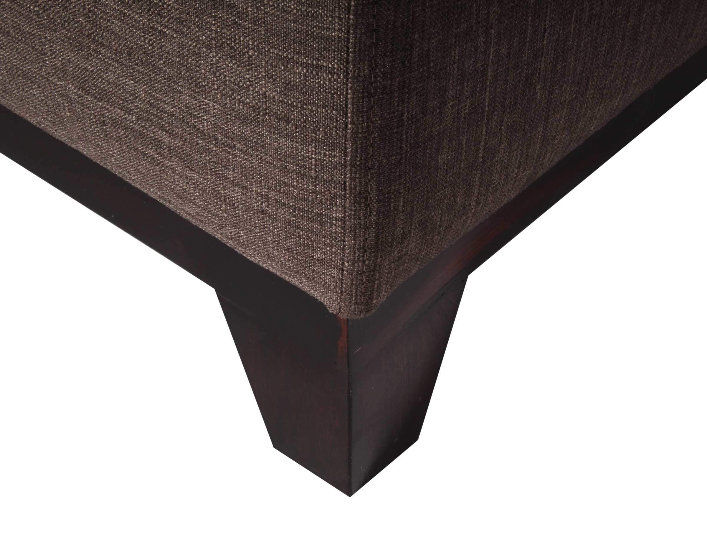 sofa tipo divan con zocalo de madera y patas de madera en ángulo