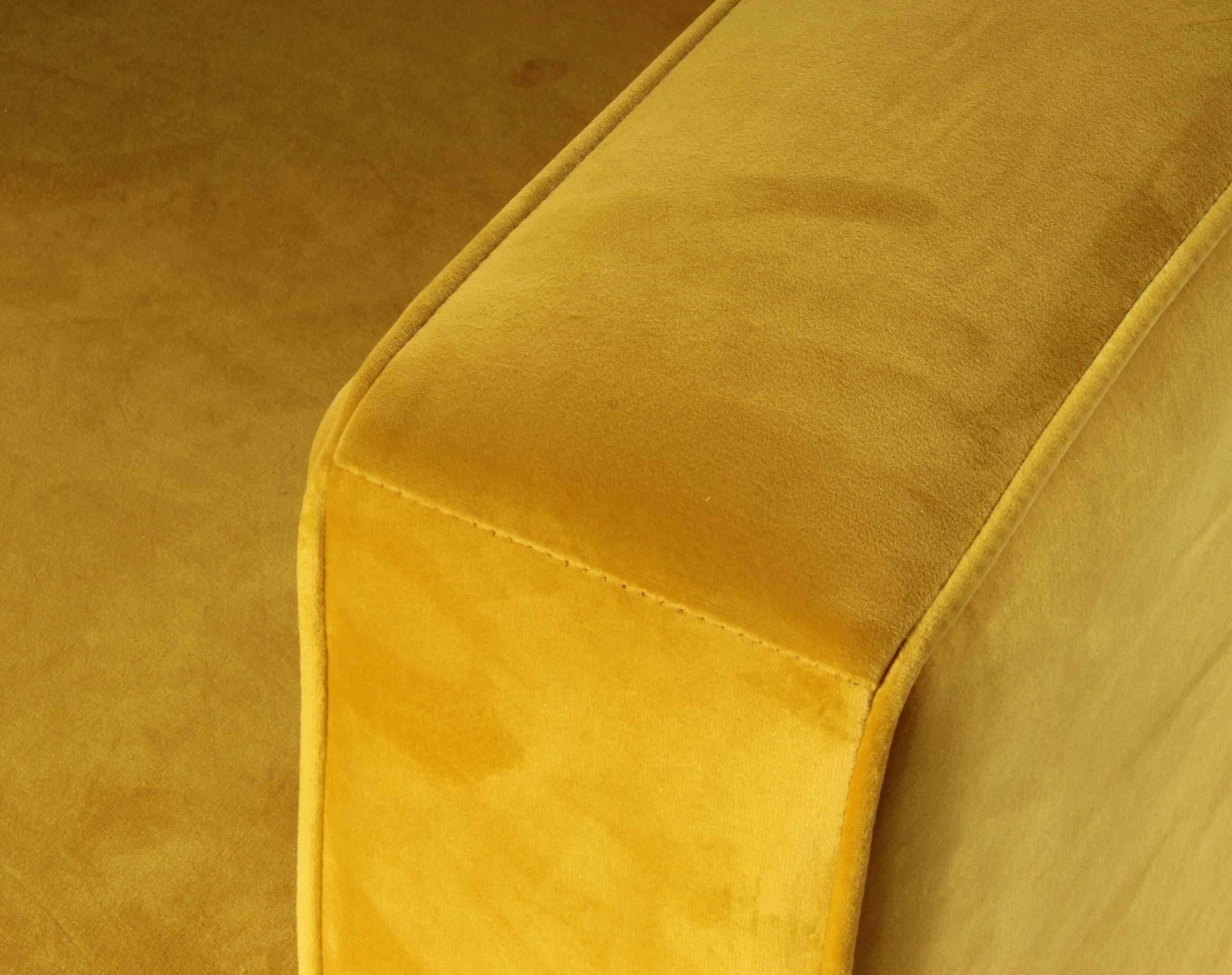 sofa con tapiz vivo perimetral en brazos
