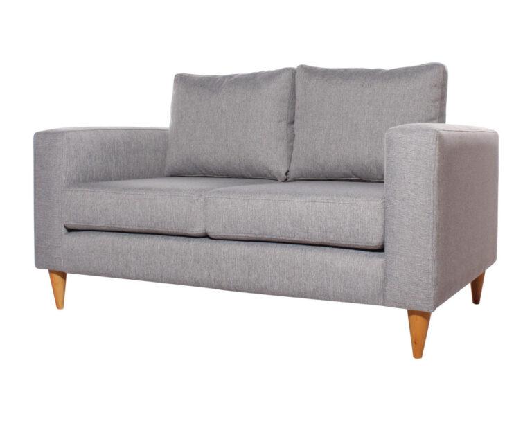 sofá pequeño con patas de madera